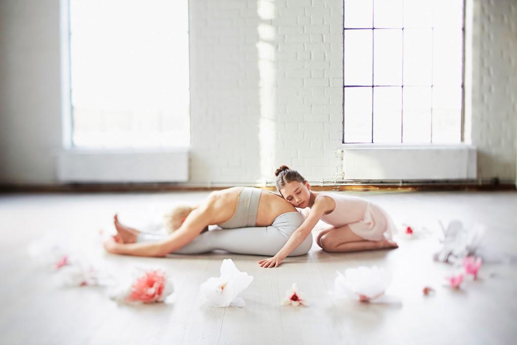 Yoga fotograf Paulina Westerlind har fotograferat Jennie Lijefors för boken Healing yoga. Sittande frammåtfällning heter denna yogapose.