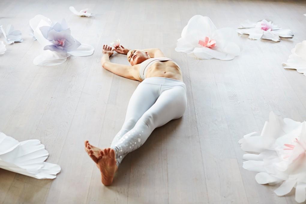 Yoga fotograf Paulina Westerlind har fotograferat Jennie Lijefors för boken Healing yoga. Liggande halvmåne.