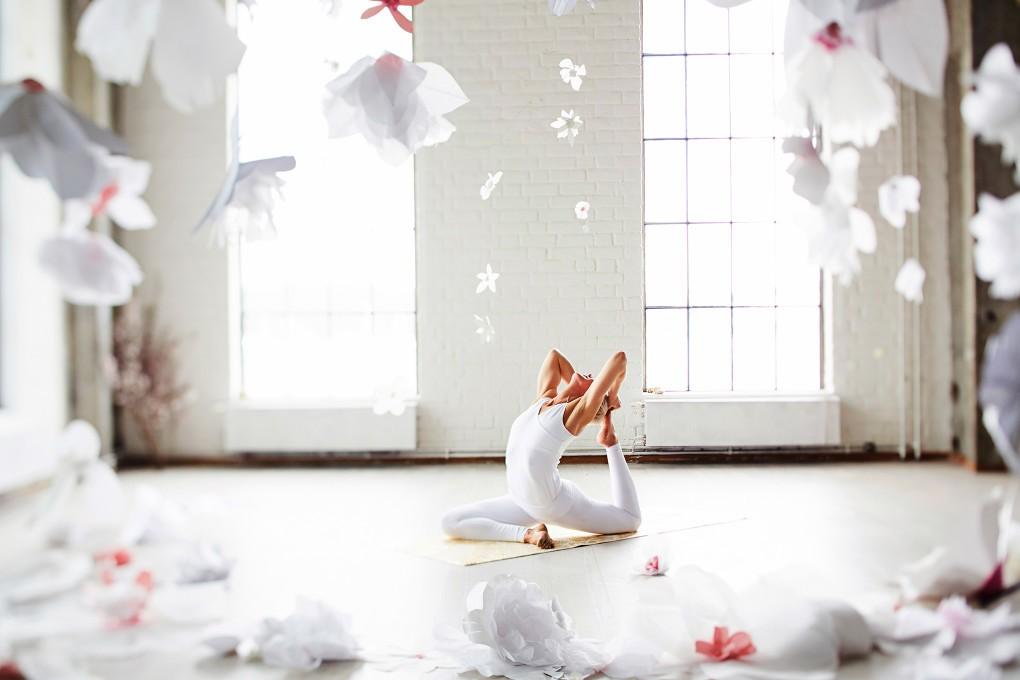 Yoga fotograf Paulina Westerlind har fotograferat Jennie Lijefors för boken Healing yoga. Duvan heter denna yogapose