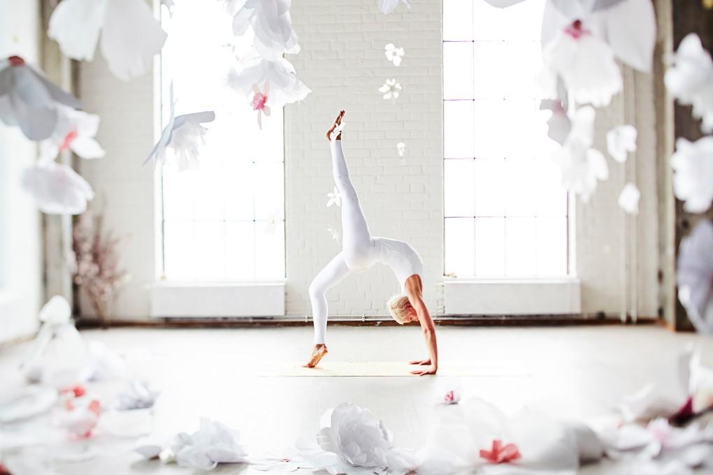 Yoga fotograf Paulina Westerlind har fotograferat Jennie Lijefors för boken Healing yoga. Hel brygga heter denna yogapose