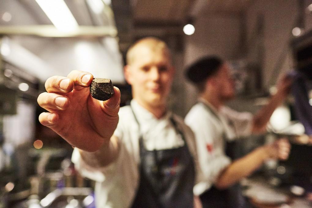 Kock porträtt med tryffel i handen från Smak Stockholm en lyxkrog mitt i Stockholm del av GruppF12. Köksmästare Marcus Lindstedt. Matfotograf