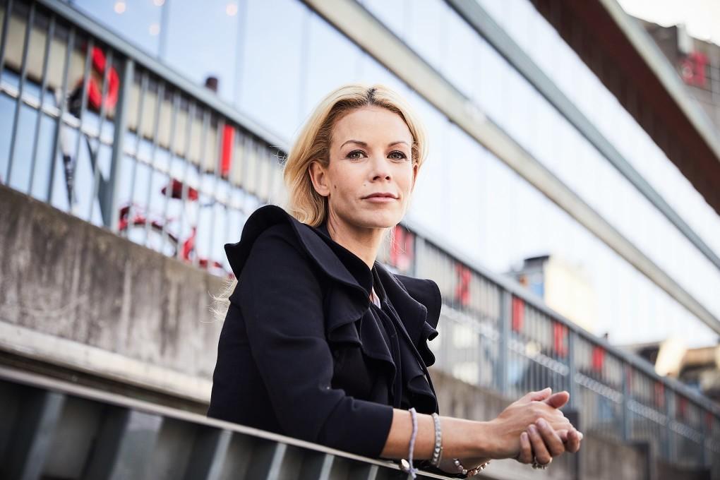 Stärkande naturliga porträtt i urban stadsmiljö, Stockholm. Bästa politiker porträtten. Anna König Jerlmyr fotograferade av Paulina Westerlind