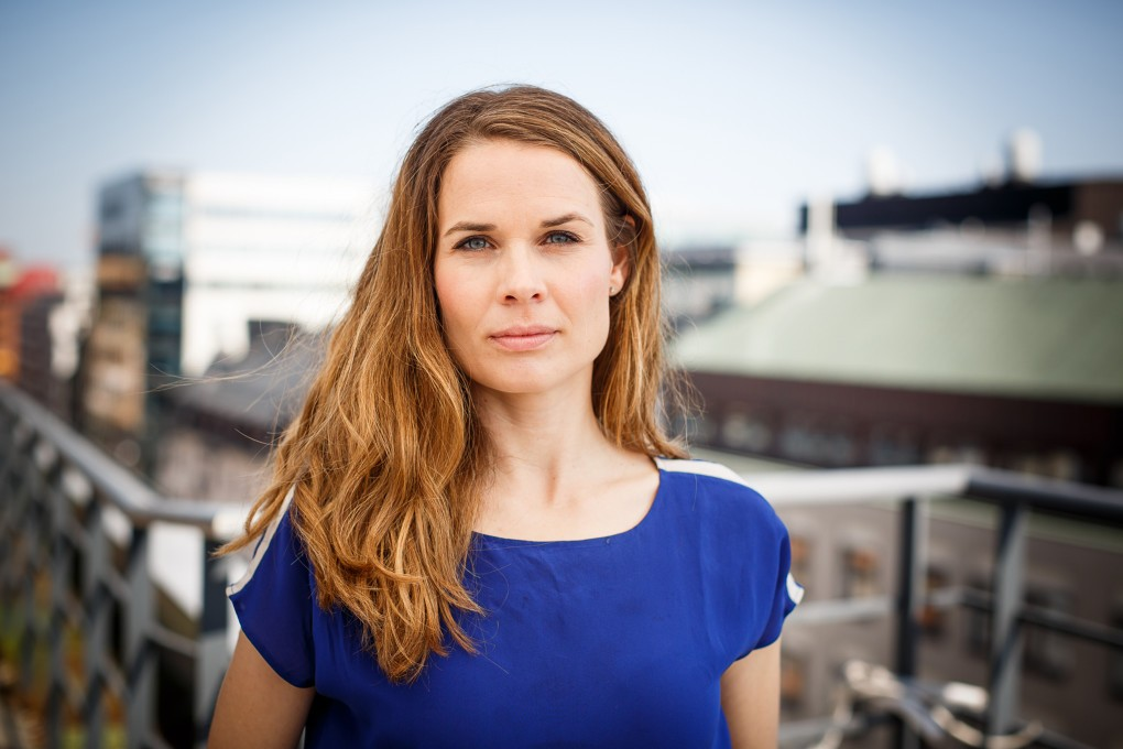 Porträtt av medarbetare på AMF Fastigheter med utsikt över Stockholm city