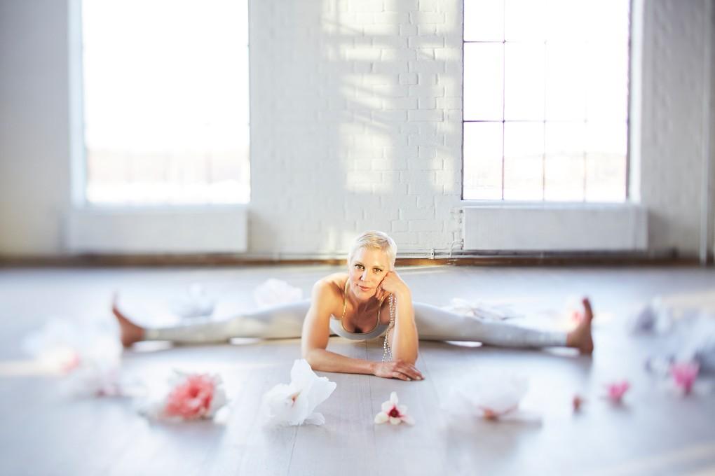 Yoga fotograf Paulina Westerlind har fotograferat Jennie Lijefors för boken Healing yoga. Trollsländan heter denna yogaposition