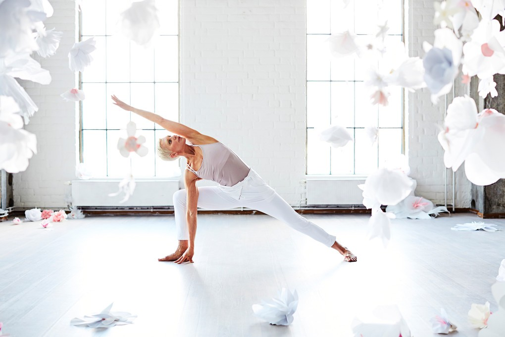 Yoga fotograf Paulina Westerlind har fotograferat Jennie Lijefors för boken Healing yoga. Stående sidostretch