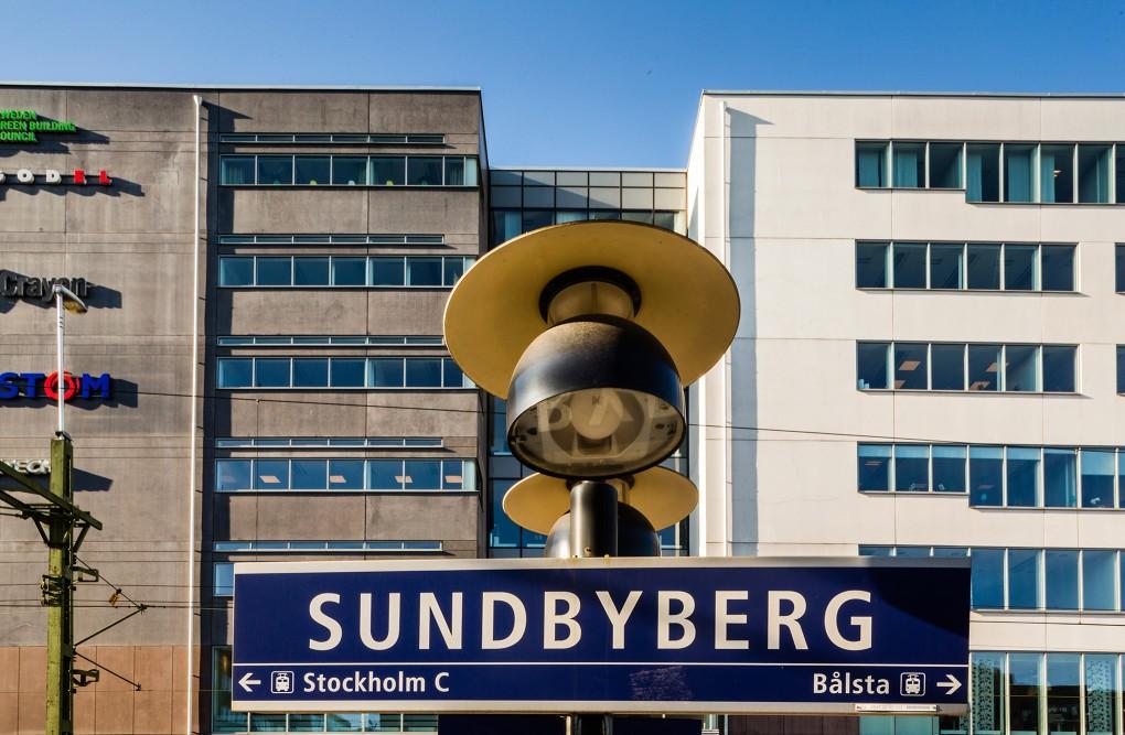 Skylt på Sundybergs pendeltågsstation. Kollektivtrafiken fotograferad åt AMF Fastigheter