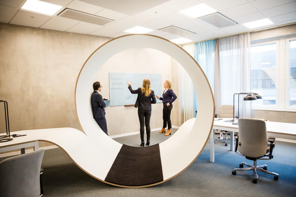 Kontorsmiljö med mänsklig närvaro. Fastighetsfotografering åt AMF Fastigheter