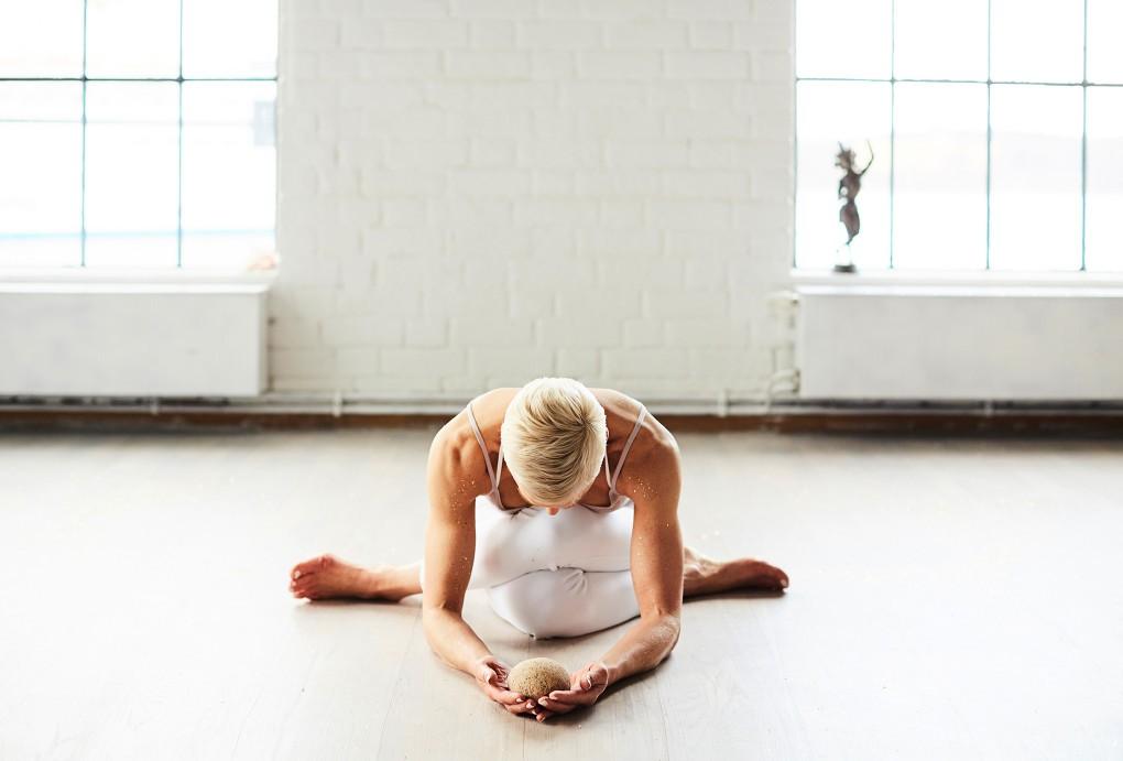 Yoga fotograf Paulina Westerlind har fotograferat Jennie Lijefors för boken Healing yoga. Denna övning är en sätesstretch