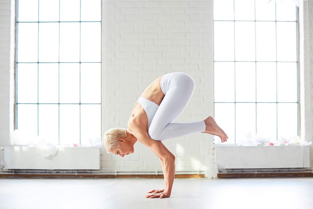 Yoga fotograf Paulina Westerlind har fotograferat Jennie Lijefors för boken Healing yoga. Armbalans heter denna yogapose