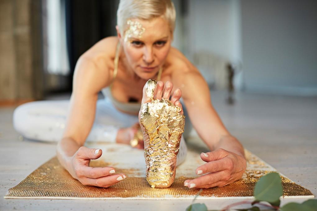 Yoga fotograf Paulina Westerlind har fotograferat Jennie Lijefors för boken Healing yoga. Halv Fjäril heter denna yogapose.