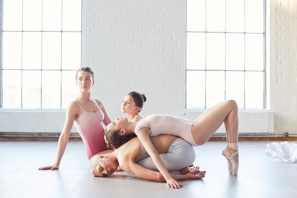 Yoga fotograf Paulina Westerlind har fotograferat Jennie Lijefors för boken Healing yoga. Barnets position heter denna yogapose