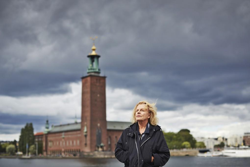 Naturliga porträtt i urban stadsmiljö, Stockholm. Skådespelaren Marie Göranzon fotograferad av Paulina Westerlind