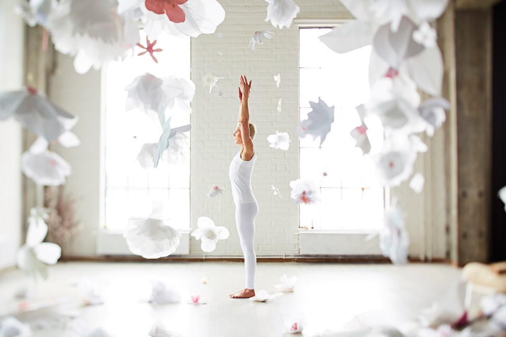 Yoga fotograf Paulina Westerlind har fotograferat Jennie Lijefors för boken Healing yoga. Solhälsning