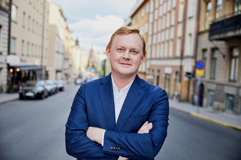 Stärkande naturliga porträtt i urban stadsmiljö, Stockholm. Bästa politiker porträtten. Dennis Wedin fotograferade av Paulina Westerlind